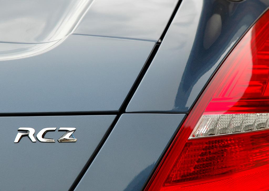 Peugeots neues RCZ-Sportcoupé: Leuchteinheit hinten mit Schriftzug.