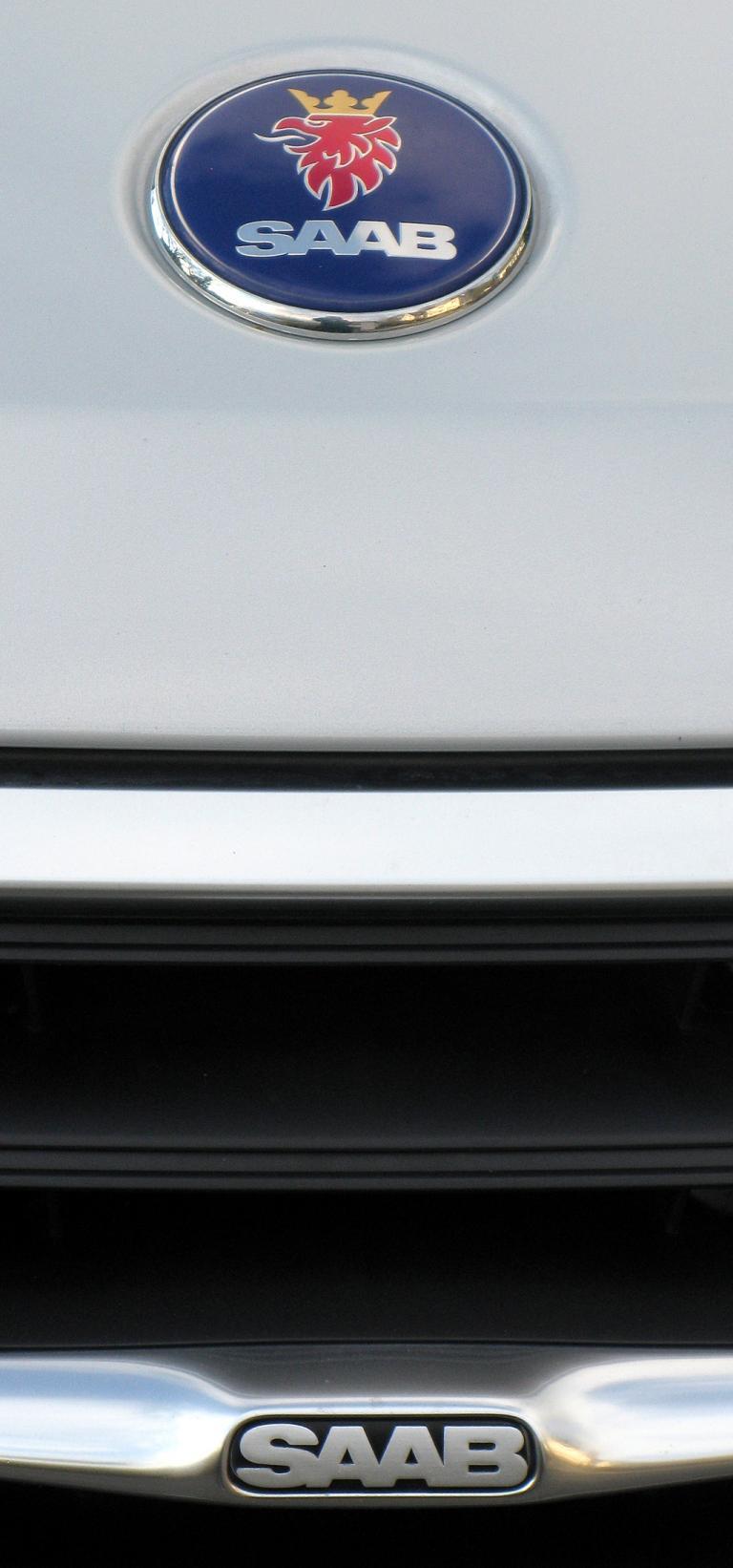 Saab 9-3: Kühlergrill mit Emblem auf der Motorhaube.