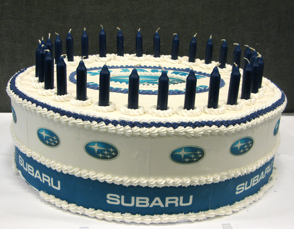 Zum Jubiläum eine Torte: Subaru feiert 30-jähriges Bestehen bei uns.