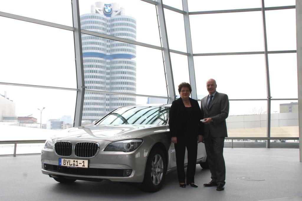 Bayerische Landtagspräsidentin übernimmt neuen Dienstwagen