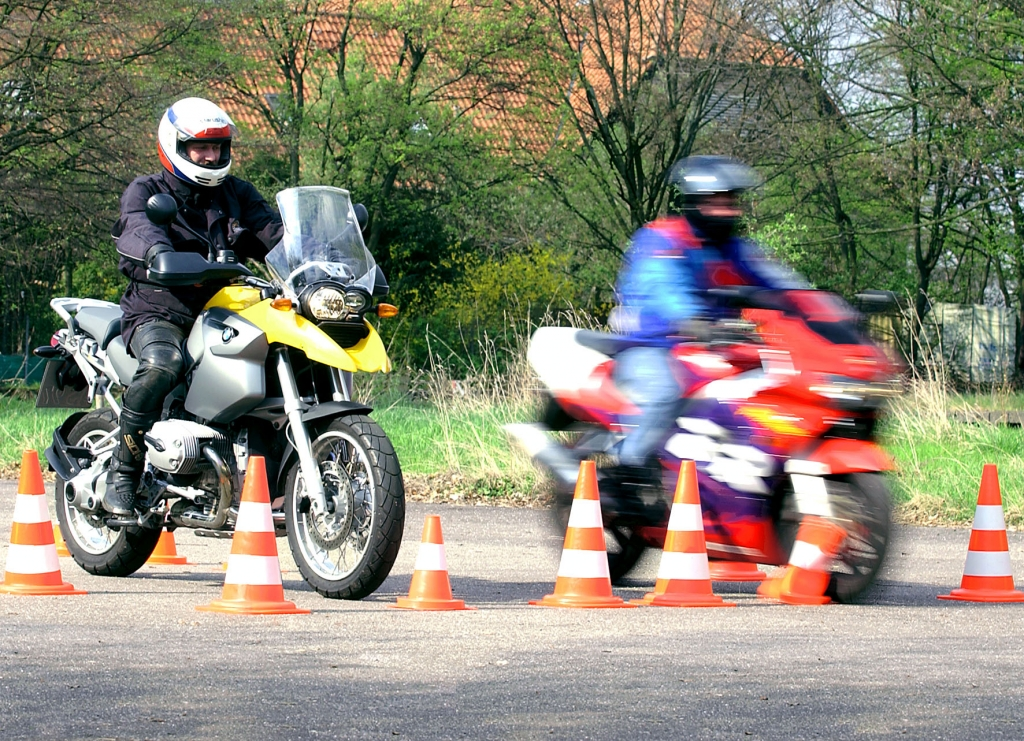 ADAC stimmt Motorradfahrer auf die Saison ein