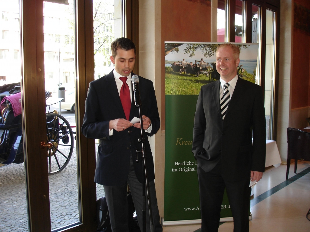 Adlon Hotel-Manager Markus Lück (l.) und der Geschäftsführer der AAGLAND'schen Kutschhalterei, Jürgen Florack, begrüßen das beiderseitige Engagement.