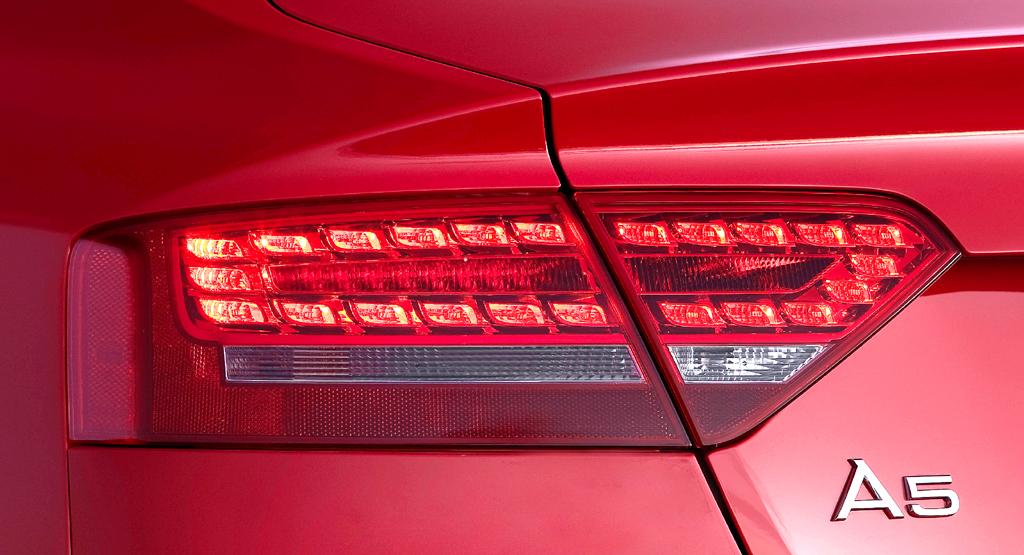 Audi A5 Sportback: Hintere Leuchteinheit mit Schriftzug.