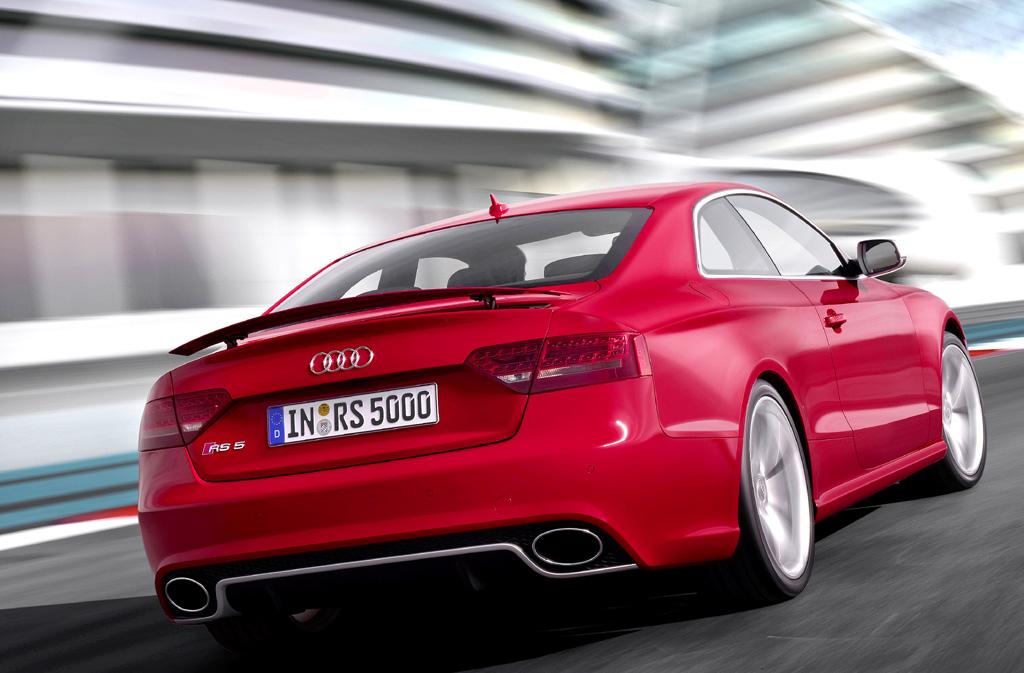 Audi RS5: Am Heck fallen Spoiler, Diffusor und die Endrohr-Ovale auf.