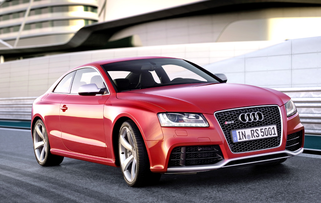 Audi RS5: Mit LED-Leuchten, großen Lufteinlässe und Splitter-Kante am Stoßfänger.