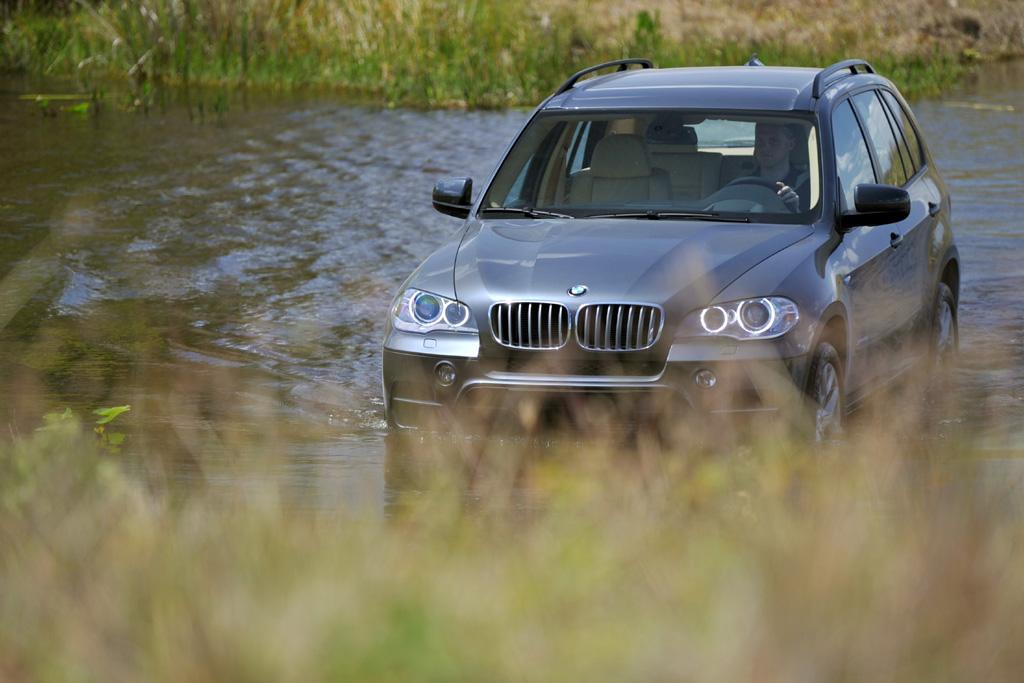 BMW X5: Auch abseits befestigter Straßen macht der SUV eine gute Figur.