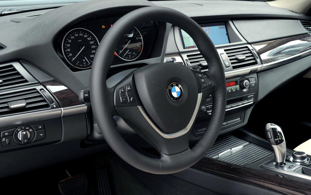BMW X5: Blick auf das sportlich-funktionelle Cockpit.