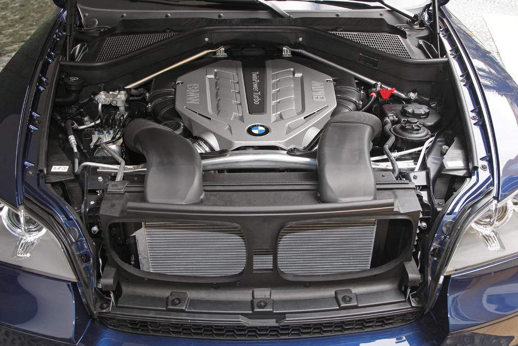BMW X5: Blick in den Motorraum eines der TwinPower-Turbos.