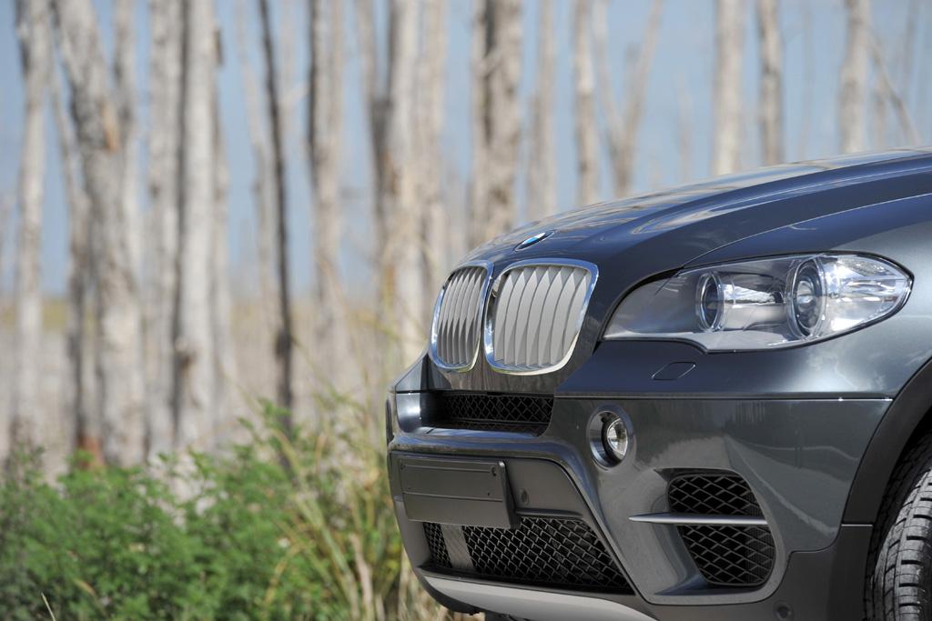 BMW X5: Die Front zeichnet sich durch größere seitliche Lufteinlässe aus.