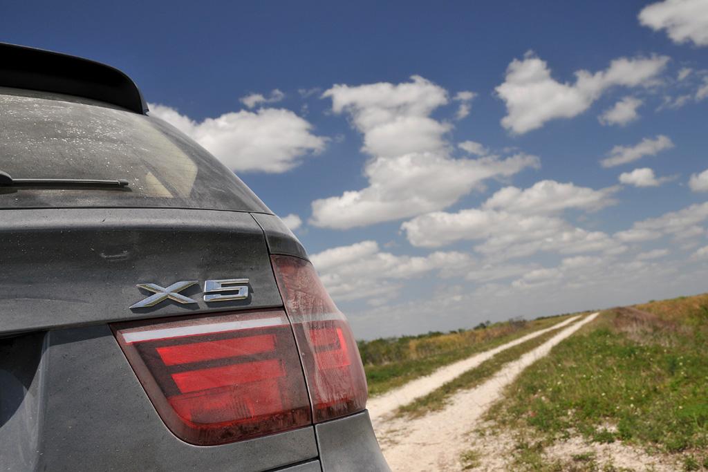 BMW X5: Mindestens in mittelschweres Gelände kann man sich mit ihm wagen.