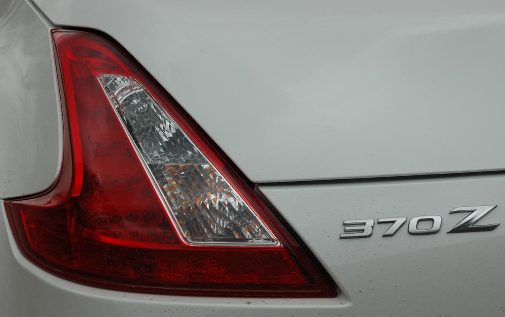 Blick auf hintere 370Z-Leuchteinheit mit Schriftzug.