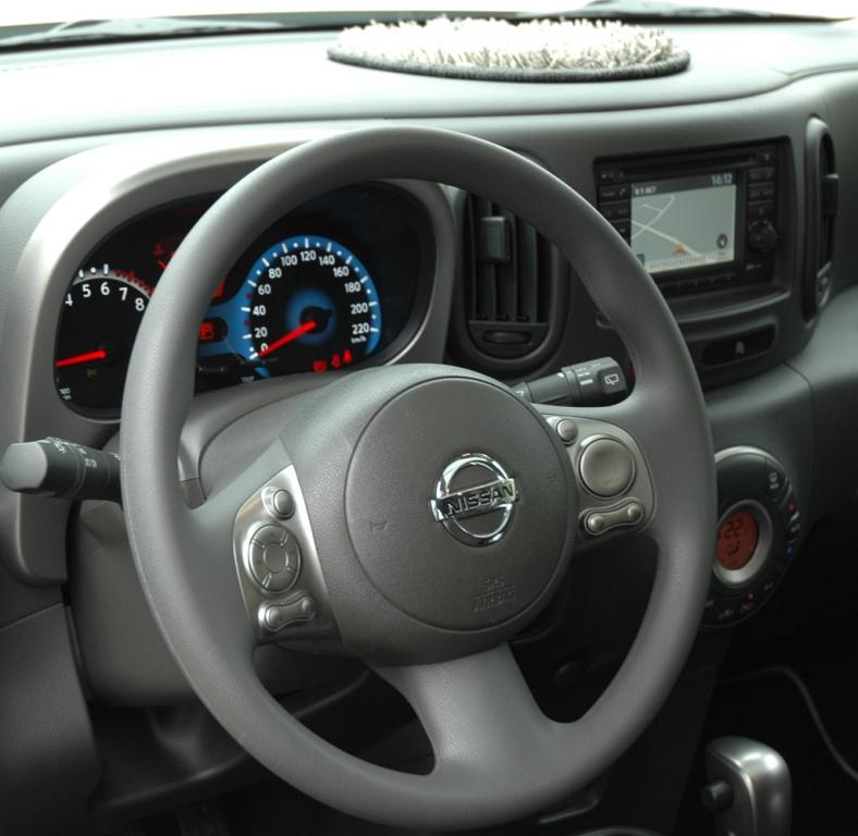 Blicks ins Nissan-Cube-Cockpit mit Fluffy-Matte auf dem Armaturenträger.