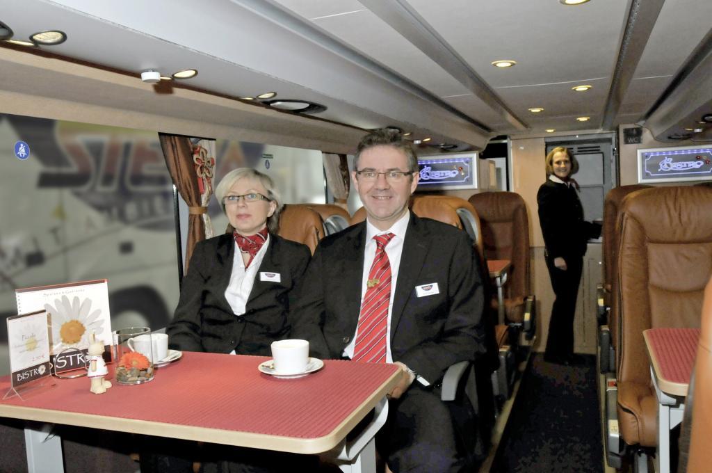 Busreise-Unternehmer Kerstin und Peter Stenger im Bistro eines ihrer neuen Setra S 431 DT.