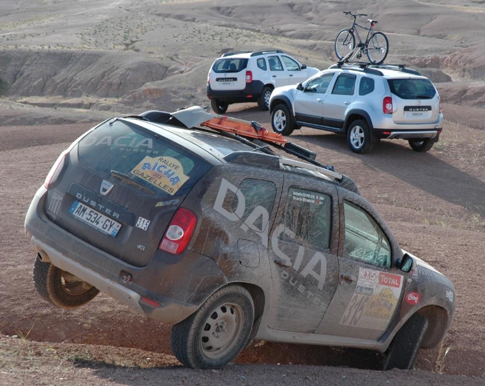 Dacia Duster: Vorn die Rallye-, hinten die Serienvarianten.