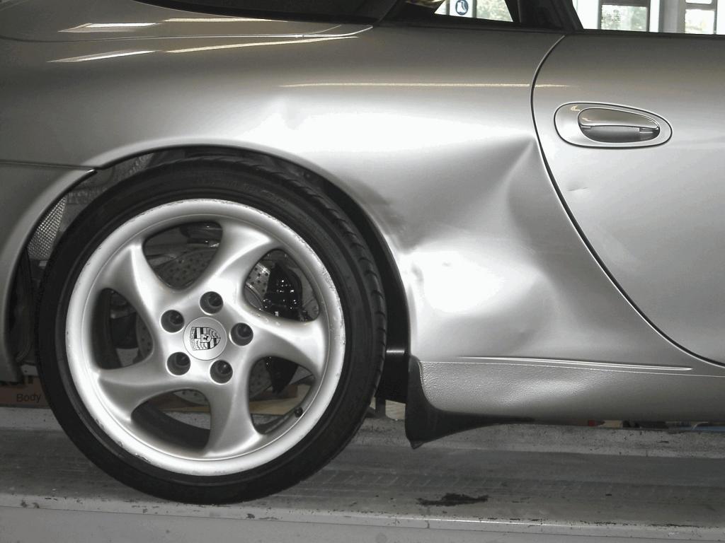 Dem Blechschaden an einem Porsche wird mit der Miracle-Reparaturmethode zu Leibe gerückt.
