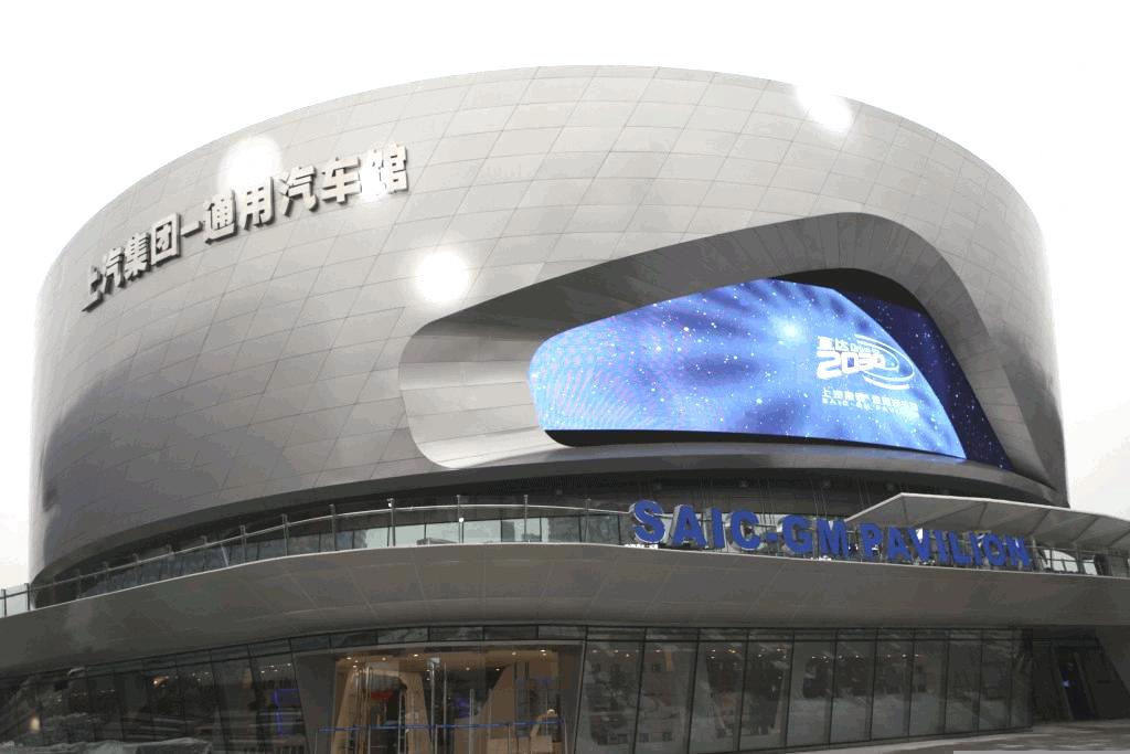 Der 6.000 Quadratmeter große GM-SAIC-Pavillon in Schanghai mit auffälligem Design und dem weithin leuchtenden