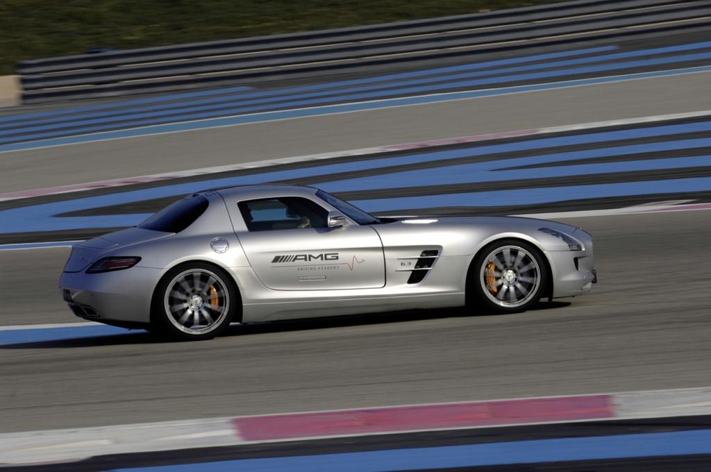 Die AMG Driving Academay bietet bei ausgewählten Terminen auch Fahrten mit dem Mercedes-Benz SLS AMG.