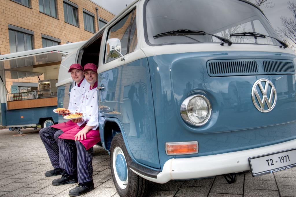 Die Volkswagen-Currywurst gibt es jetzt auch am rollenden Bulli-Imbiss.