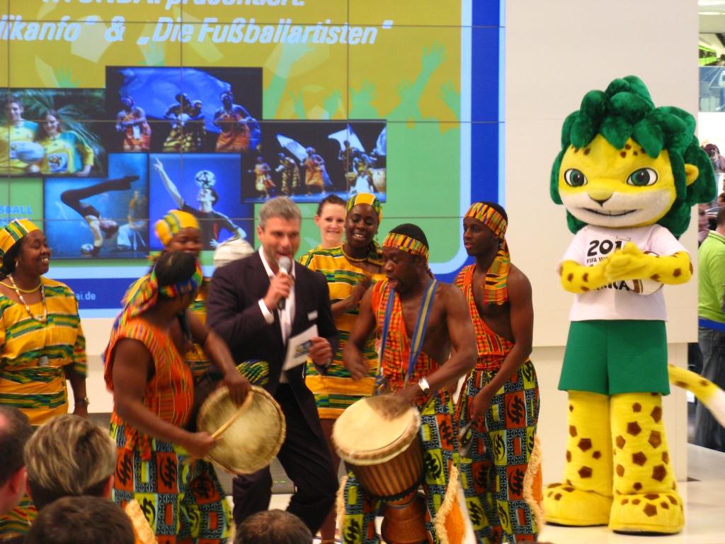"""Die afrikanische Tanz- und Folklore-Gruppe """"Adifanko"""" soll Besucher anlocken"""