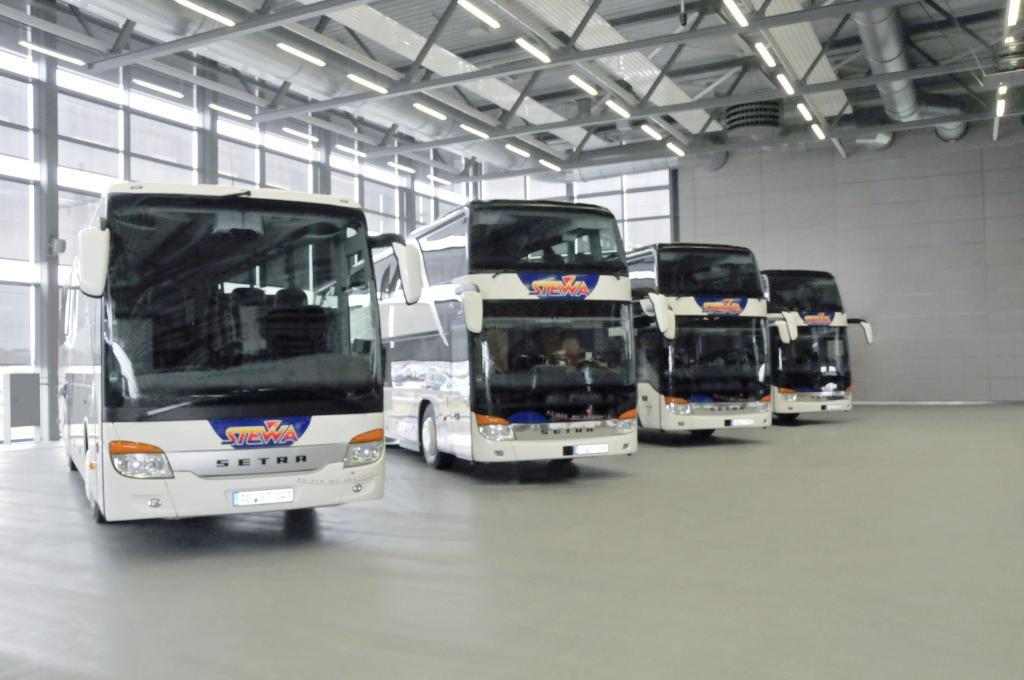 Die neuen Setra der STEWA-Flotte: S 415 GT-HD mit Bistrobereich (links) und drei S 431 DT.