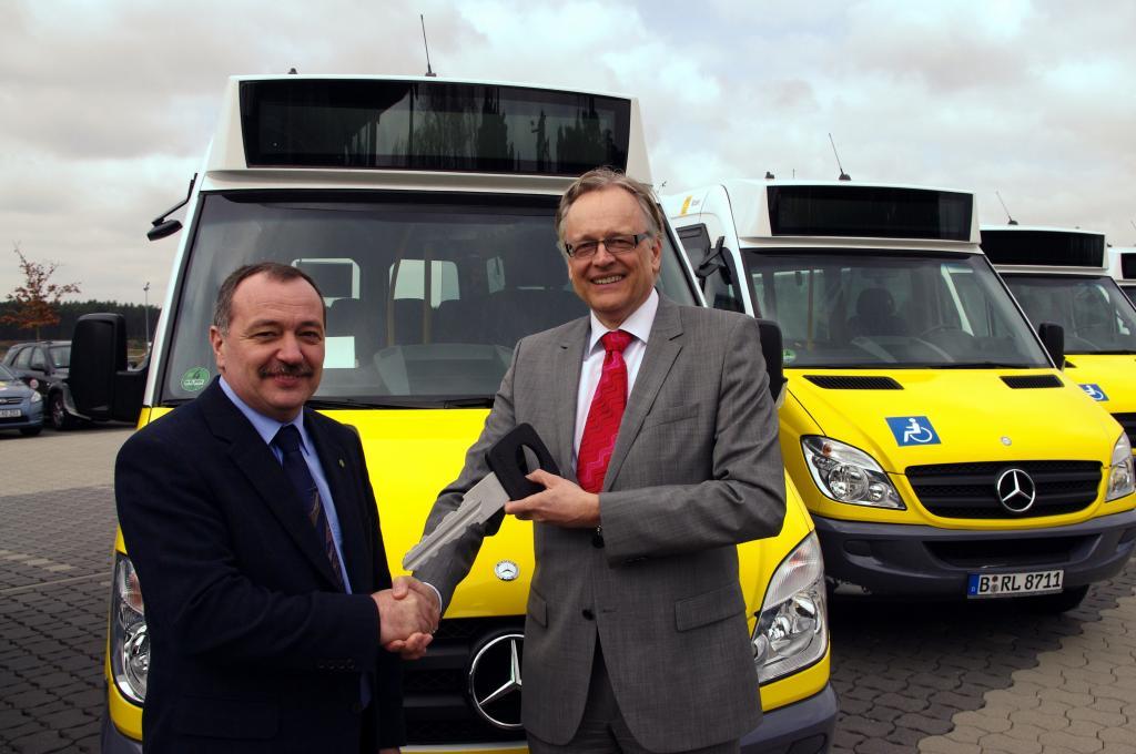 Dr. Ulrich Hesselmann (rechts), Geschäftsführer Mercedes-Benz-Minibus GmbH übergibt Taxiinnungsvorsitzendem Bernd Dörendahl den symbolischen Fahrzeugschlüssel für die 27 Mercedes-Benz Sprinter City 35.