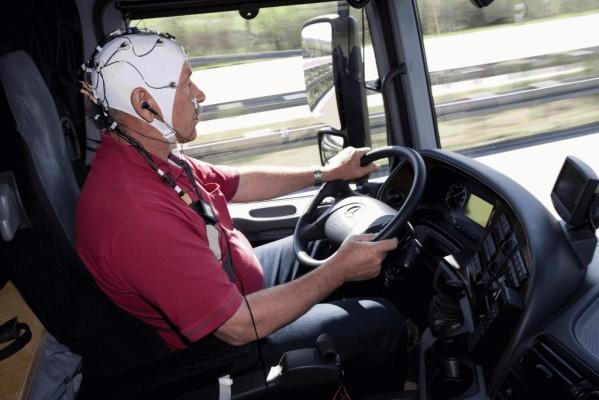 Erste Gehirnstrommessung im Lkw: Actros-Fahrer reagieren schneller