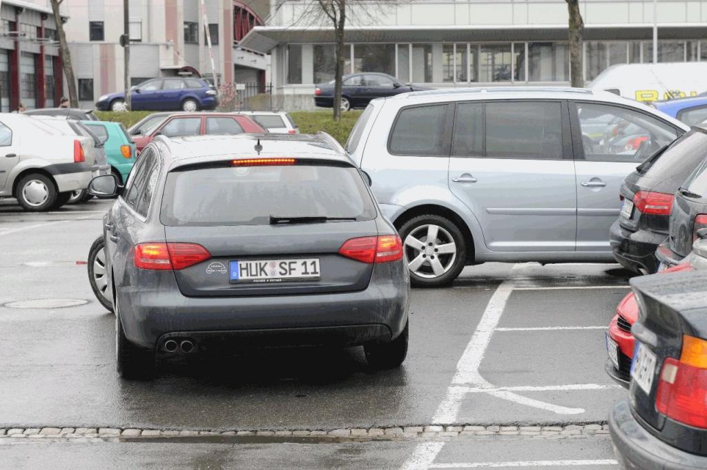 HUK-COBURG: Auf dem Parkplatz und im Parkhaus gilt nicht automatisch die StVO