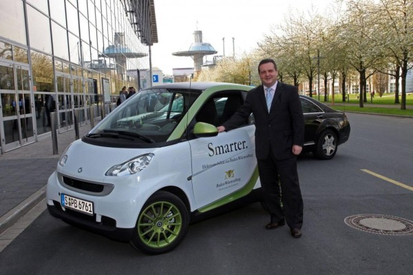 Hannover Messe 2010: Baden-Württembergs Ministerpräsident Stefan Mappus im smart fortwo electric drive