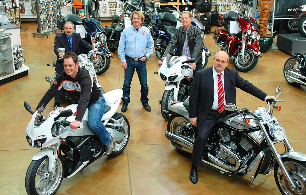 Harley-Davidson spendet Fachschule vier Motorräder