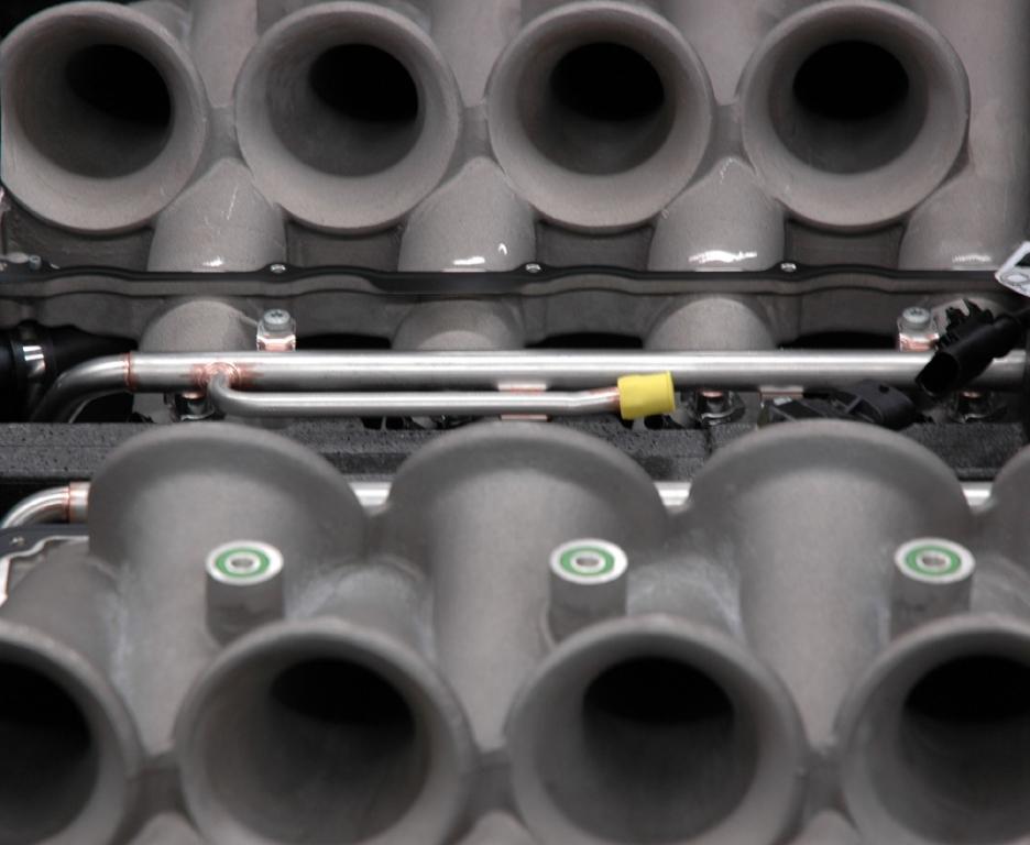 Mercedes-AMG: Detailaufnahme aus der Motorenproduktion in Affalterbach.