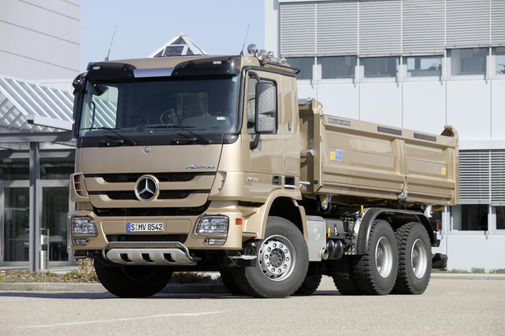 Mercedes-Benz Actros Bau mit Straßenfertigerpaket.