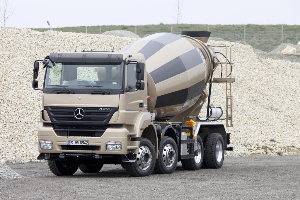 Mercedes-Benz Axor mit neuem gewichtsoptimierten Vierachs-Fahrgestell.