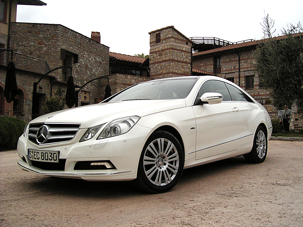 Mercedes E-Klasse: Das Coupé fährt überaus sportlich vor.