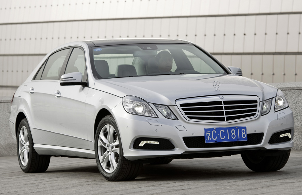 Mercedes E-Klasse lang: Front-/Seitenansicht.