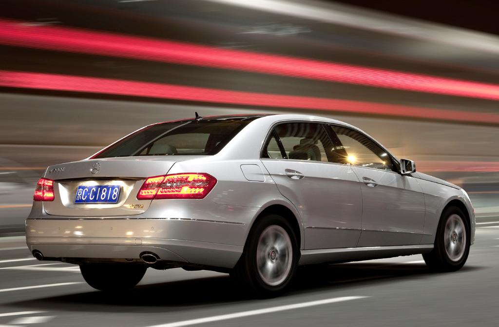 Mercedes E-Klasse lang: Von der Seite während der Fahrt.