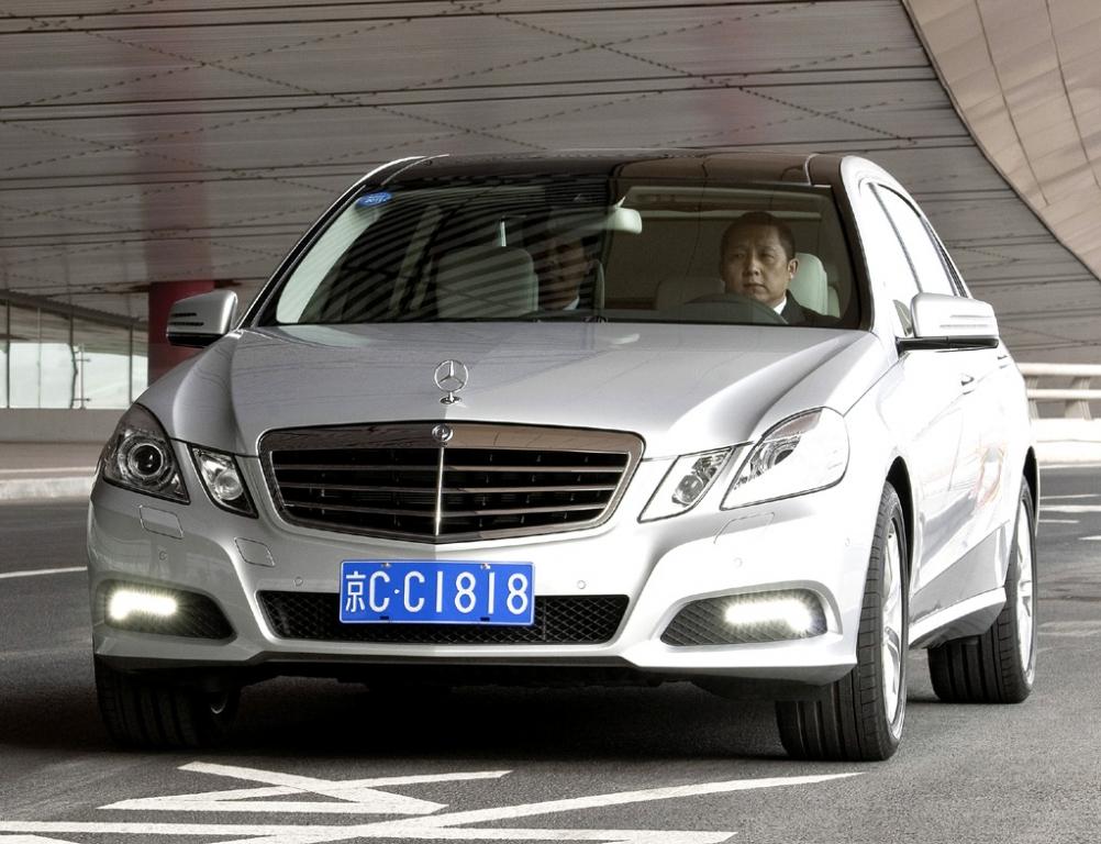 Mercedes E-Klasse lang: Von vorn während der Fahrt.