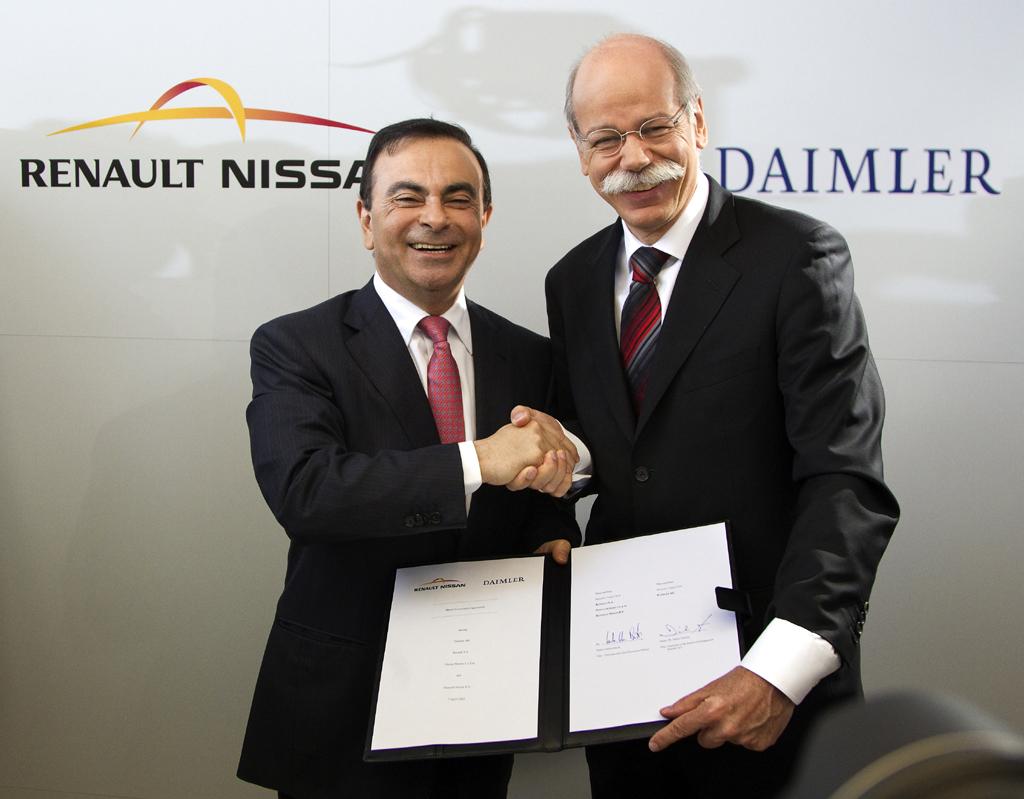 Nach der Unterzeichnung: Renault/Nissan-Chef Ghosn (links), Daimler/Mercedes-Boss Zetsche. Foto: Koch/Weyhenmeyer