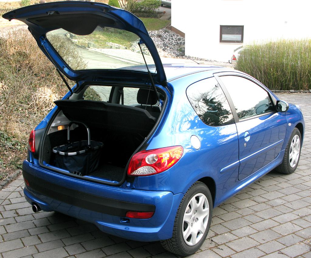 Peugeot 206+: Mit geöffneter Kofferraum-Klappe.