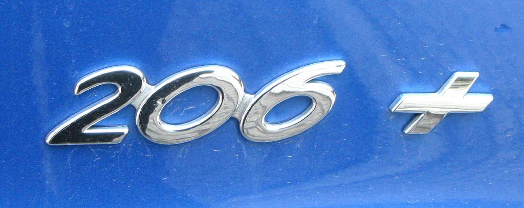 Peugeot 206+: Schriftzug unter hinterer Leuchteinheit.