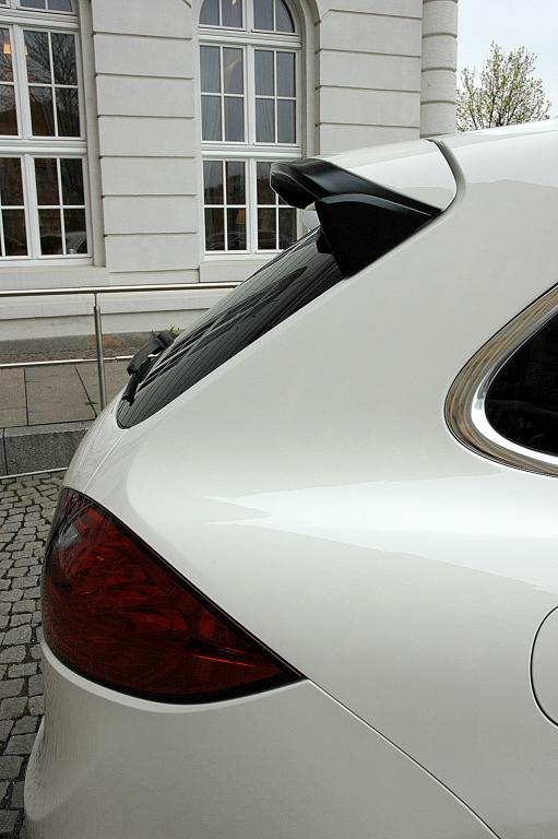 Porsche Cayenne: Blick auf Dachkantenspoiler am Heck.