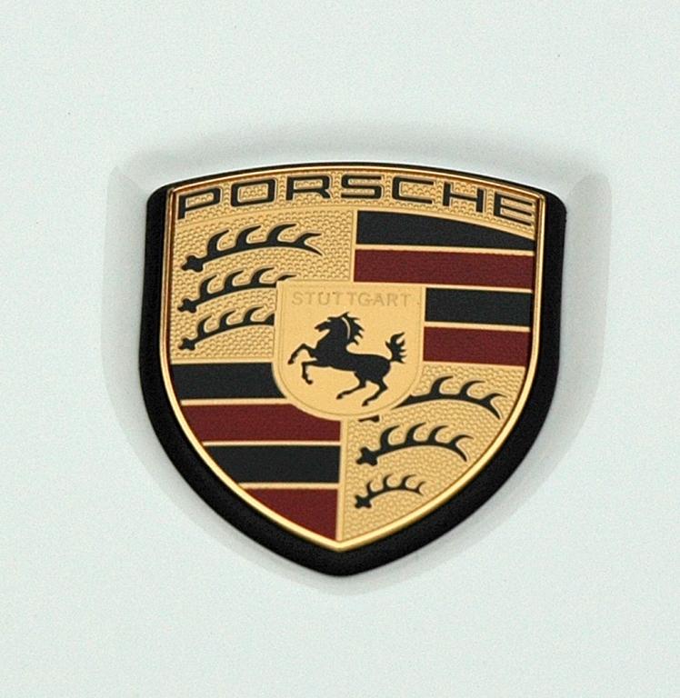 Porsche Cayenne: Markenemblem auf der Haube vorn.