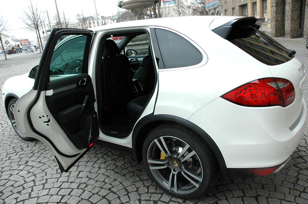 Porsche Cayenne: Wer hinten einsteigt, genießt mehr Platzfreiheit.