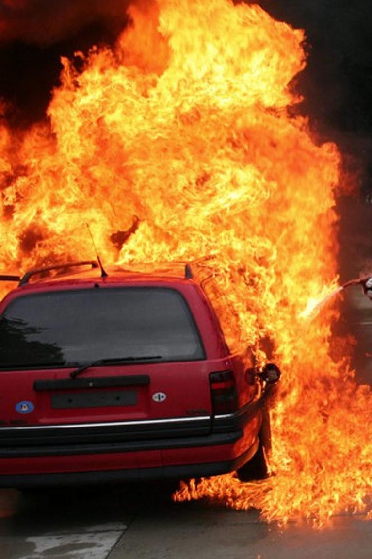 Ratgeber: Bei Fahrzeugbrand richtig verhalten