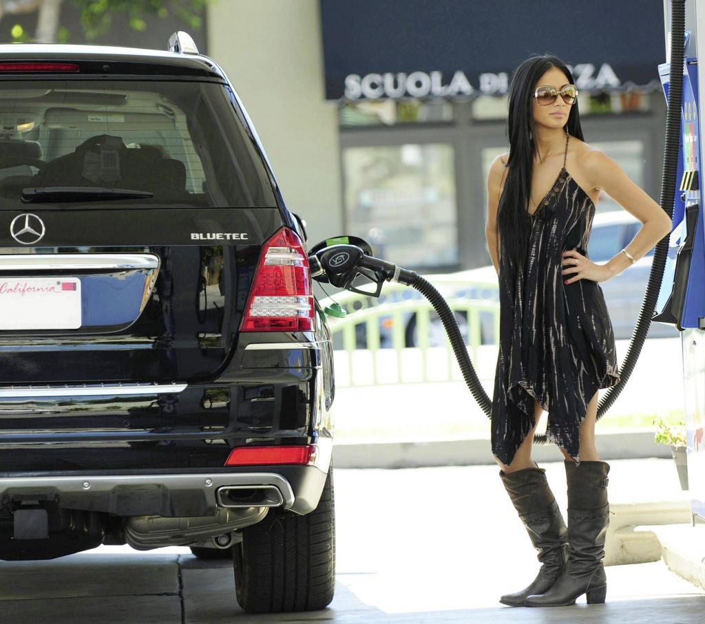 So schön kann das Betanken eines Mercedes GL 350 BlueTEC sein: Sängerin Nicole Scherzinger steht auf die saubersten und modernsten Dieselfahrzeuge der Welt.