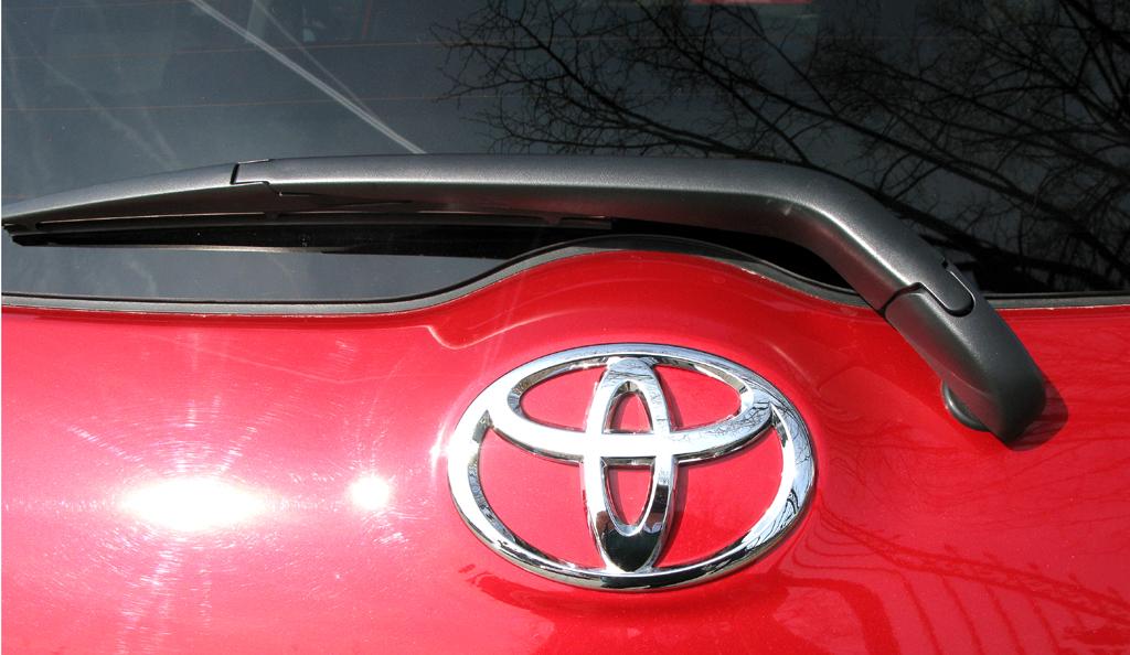 Toyota Auris: Detailaufnahme Heckscheibenwischer, Markenemblem.