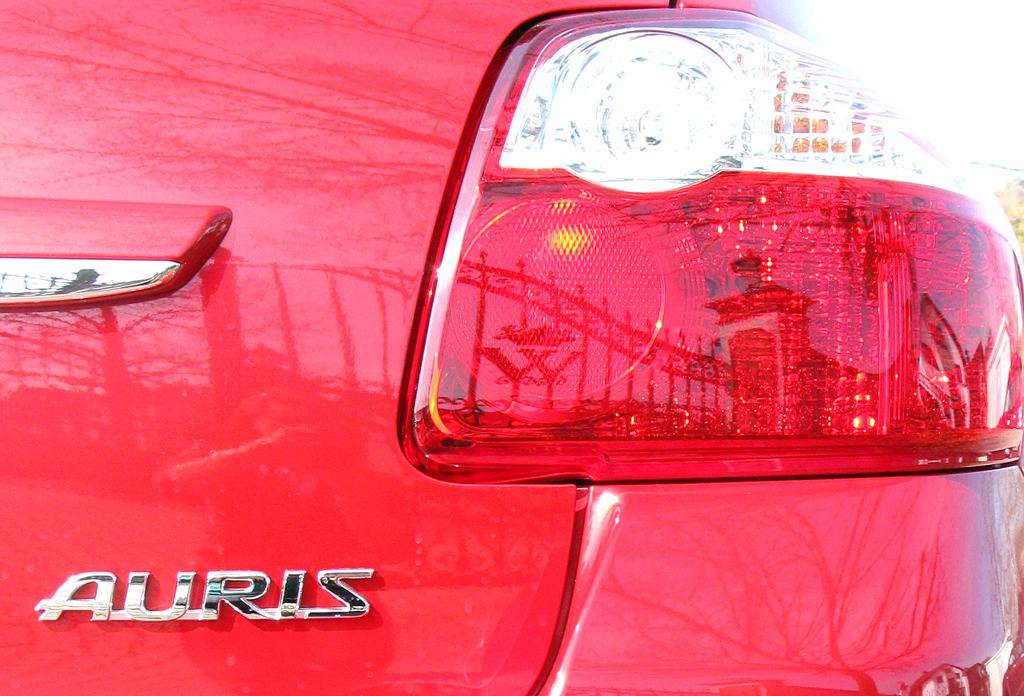 Toyota Auris: Hintere Leuchteinheit mit Schriftzug.