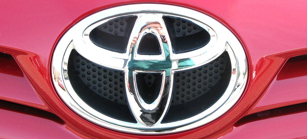Toyota Auris: Kühlergrill mit Markenemblem.