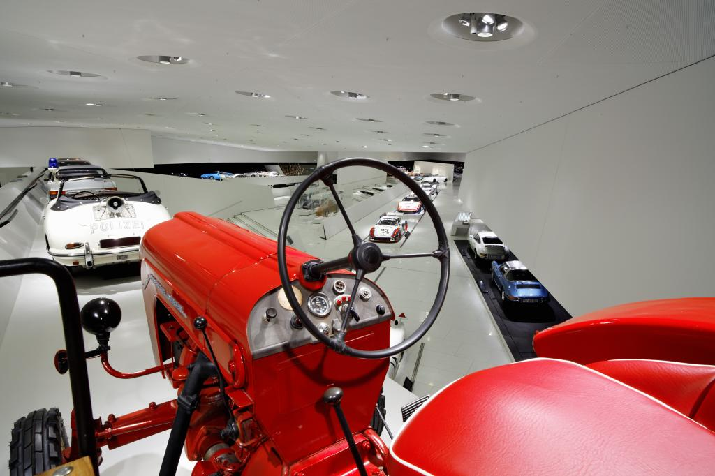Traktoren und Modellautos im Porsche-Museum