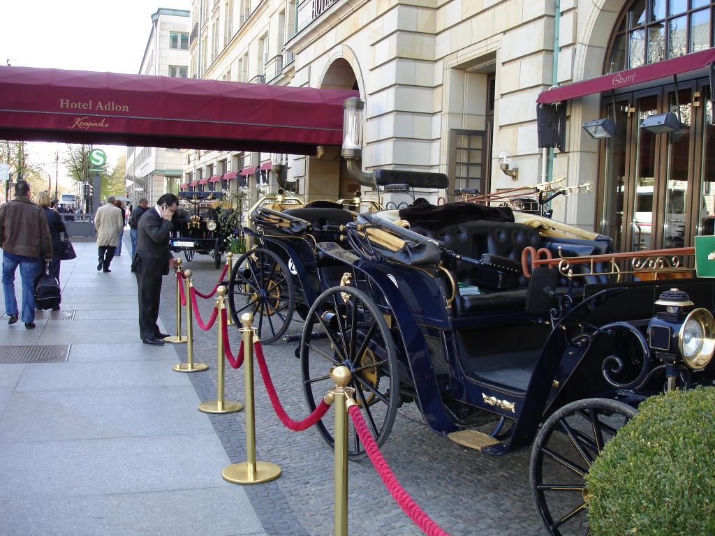 Ungewohnter Blickfang vor dem Hotel Adlon.