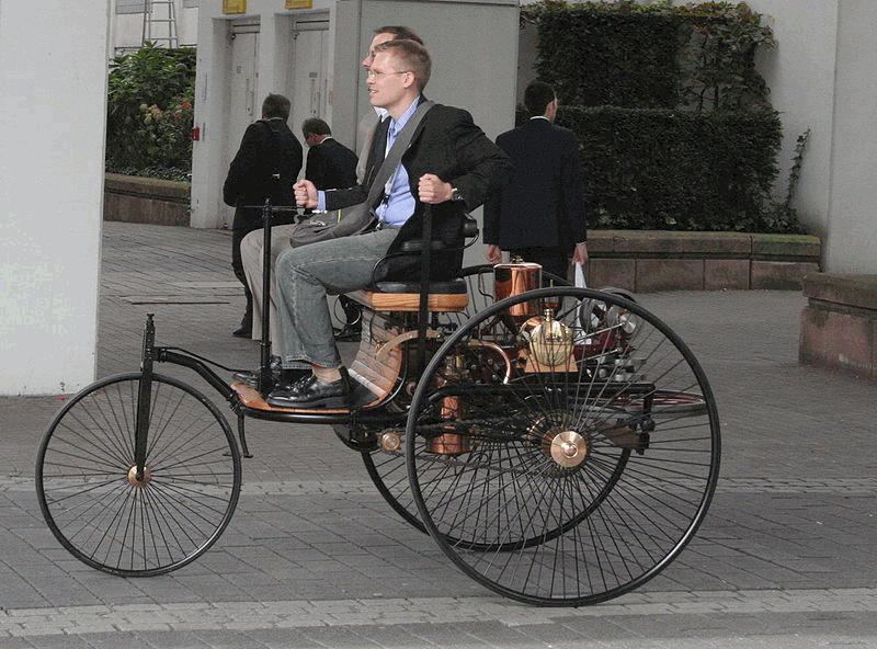 Vom ersten Benz-Motorwagen (1885) gibt es einen orginalgetreuen Nachbau; Bertha Benz war 1888 mit Benz Motorwagen Nr. 3 zu ihrer spektakulären Fernfahrt aufgebrochen.